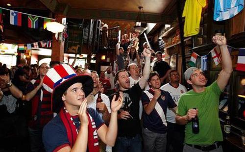 球迷在酒吧观看世界杯