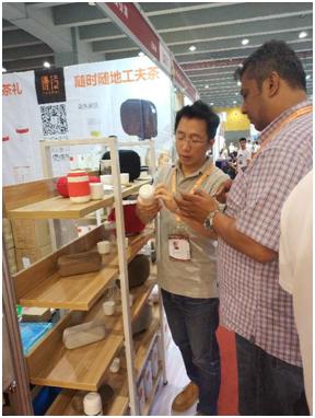 经销商参观茶博会优待展馆